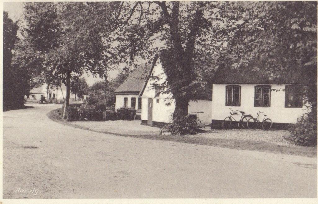 """Posthuset og ved siden af """"Peters Hus"""""""
