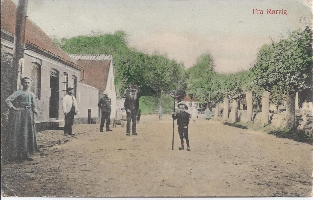 Fra venstre er der Marie Christoffersen, ved døren Christopher Larsen, Bauditz, Laurits Nielsens far. Drengen er Ejnar Olsen. Postkortet er sendt i 1908.