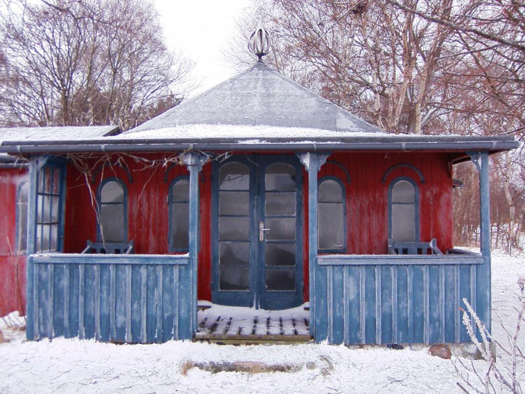 """Selv om huset ikke står der længere, så findes det stadig, pakket sammen på Museum Odsherred, givet af Kristin Vibeke Bielke, Vikingestien 8, Rørvig. """"Coln"""" venter på, at blive rejst igen, så en ny generation kan få fornemmelsen af historiens vingesus, når man træder inden for i kaffehuset """"Coln"""". (Billede venligst udlånt af: MDD Torben Arendal)"""