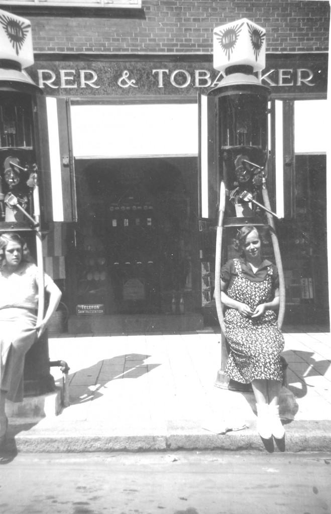 Billedet er fra 1928. Som det ses, er slangen en god gynge. Pigen til højre er datteren Marie Louise Larsen, den anden er ukendt.
