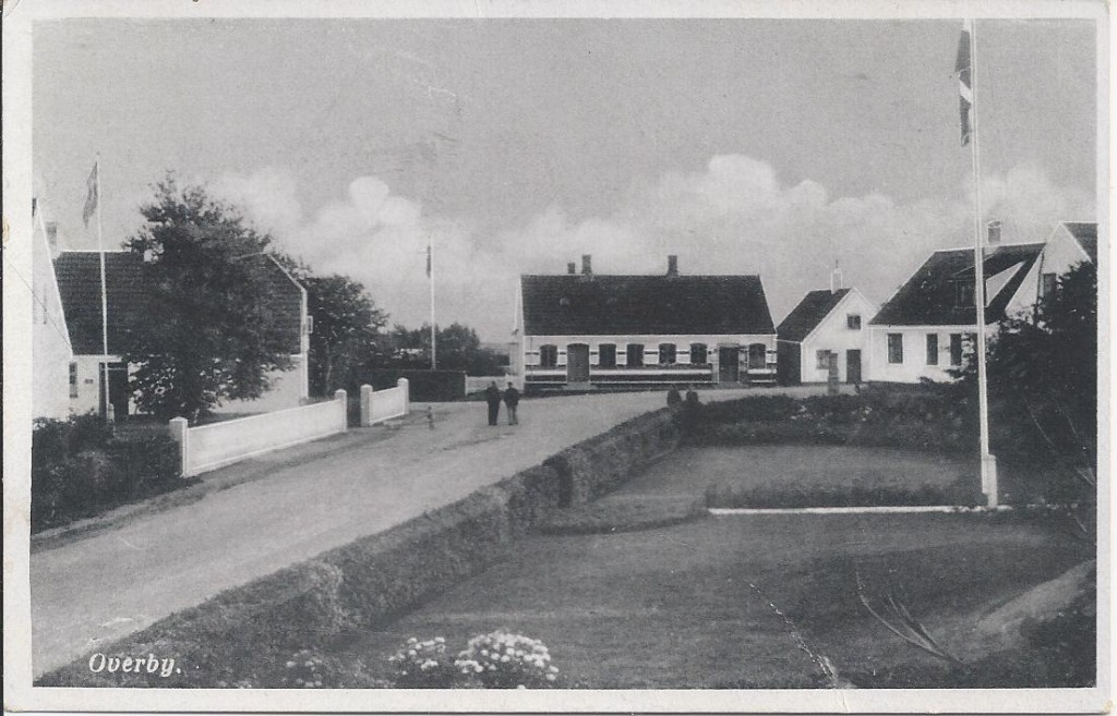 Motiv af Søren Bay, Overby, med byhaven, ca. 1950