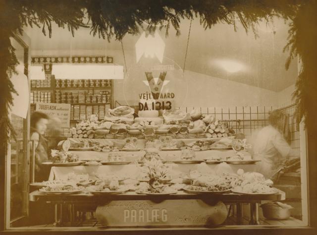 Slagterbutik med juleudstilling. Butiksejer var René Vejlsgaard