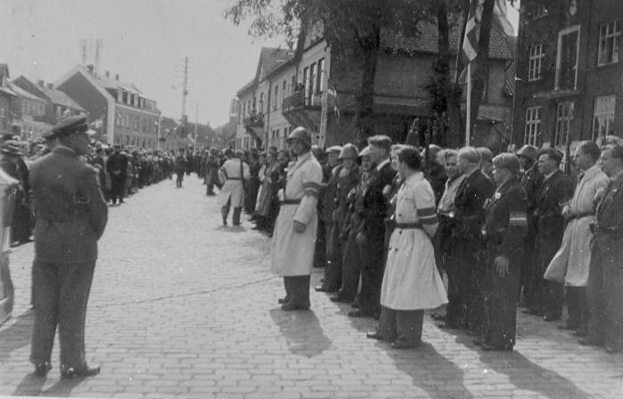 Paraden d. 27 maj 1945 på Torvet i Nykøbing. (Foto: Henning Lindhardt).