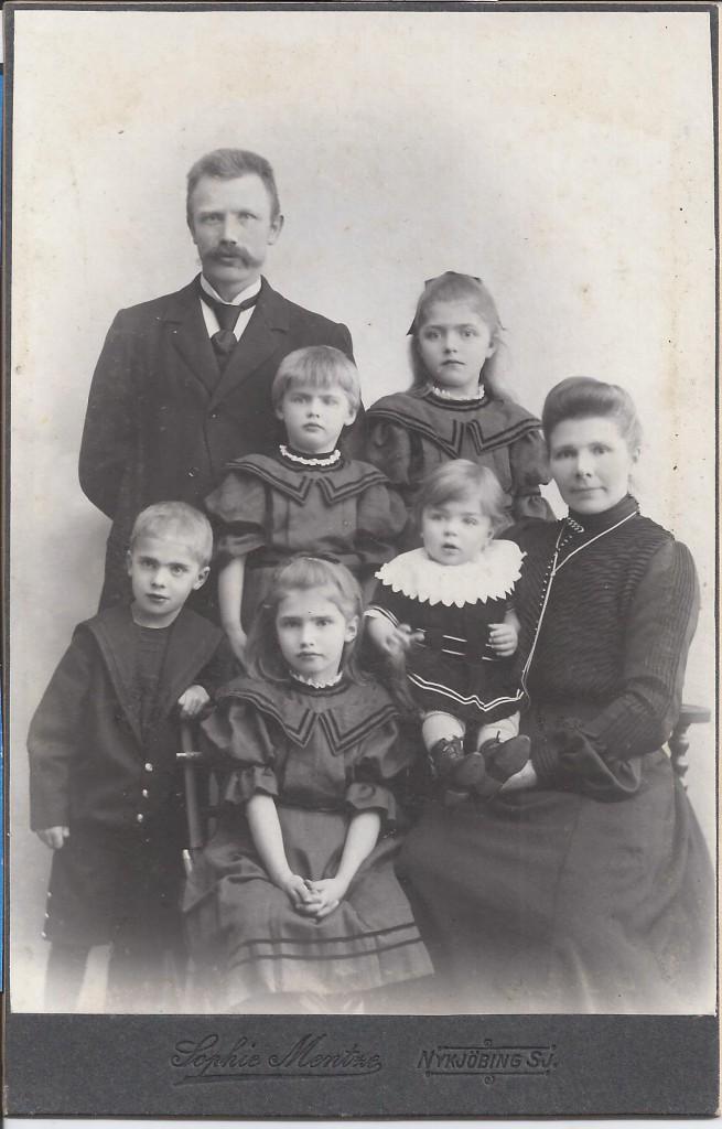 Familien Frandsen. Niels Frandsen ses bagerst