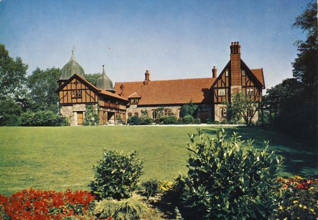 Fabrikant J.C. Hempel købte Anneberg i 1947. Øst for gården opførte Hempel denne romantiske og herskabelige hovedbygning i årene 1949-52.