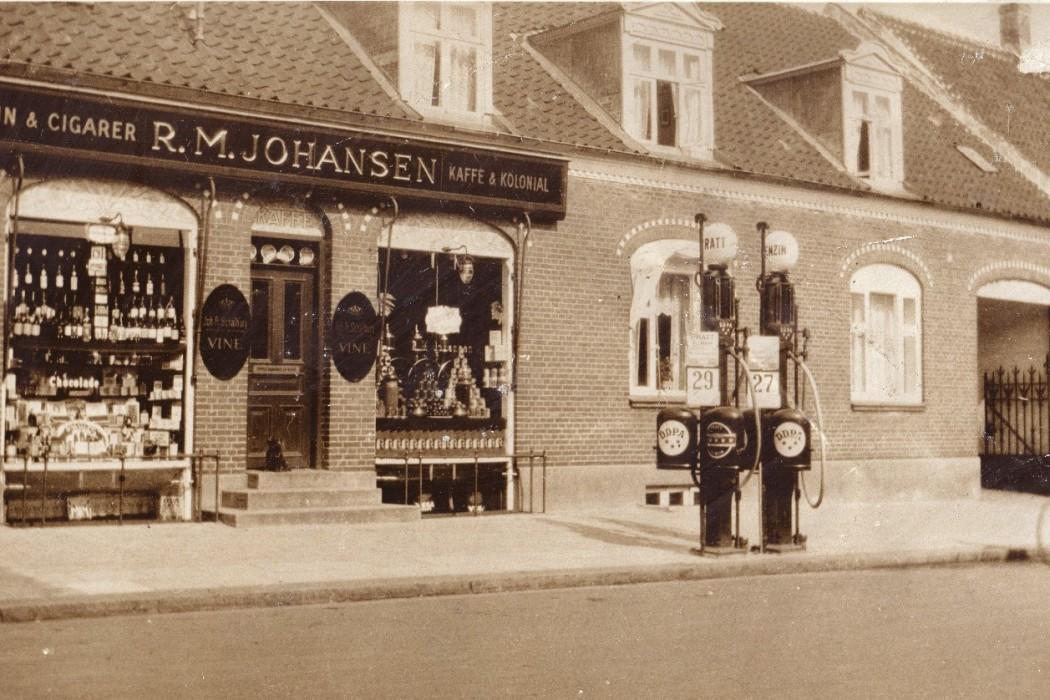 Byen var ikke var i tvivl om hvornår købmanden ristede kaffe i baggråden, der gik om til Bagstræde – nu Svanestræde. I dag holder Cafe & restaurant Nykøbing til i ejendommen.